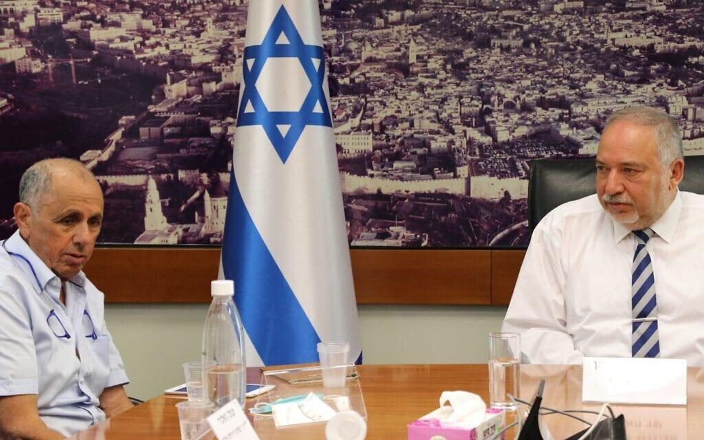 אביגדור ליברמן ורם בלינקוב בישיבה הראשונה במשרד האוצר, 14 ביוני 2021 (צילום: דוברות משרד האוצר)