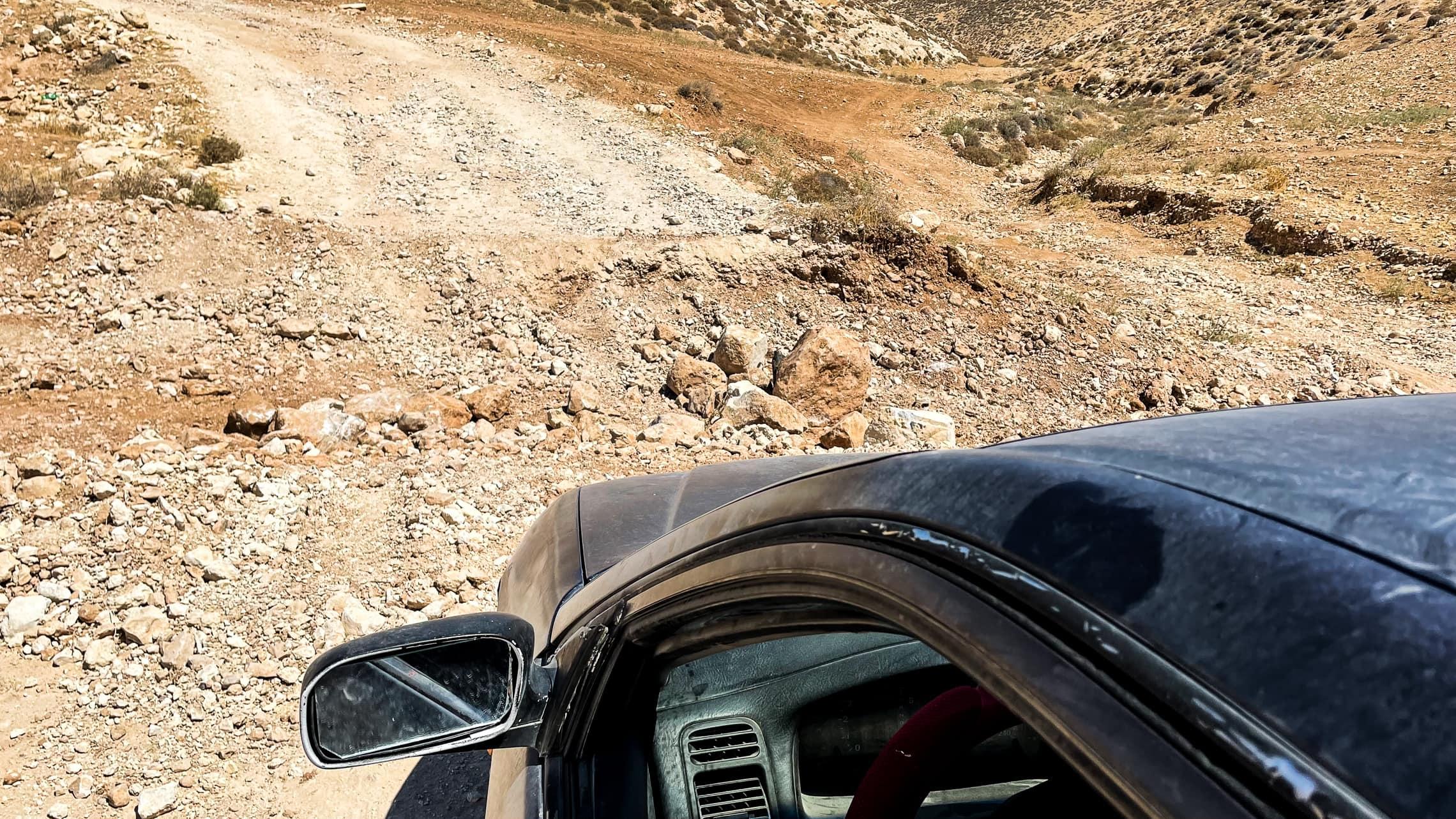 """בור שהבולדוזר הצה""""לי חרץ בדרך לכפרי מסאפר יטא (צילום: אמיר בן-דוד)"""