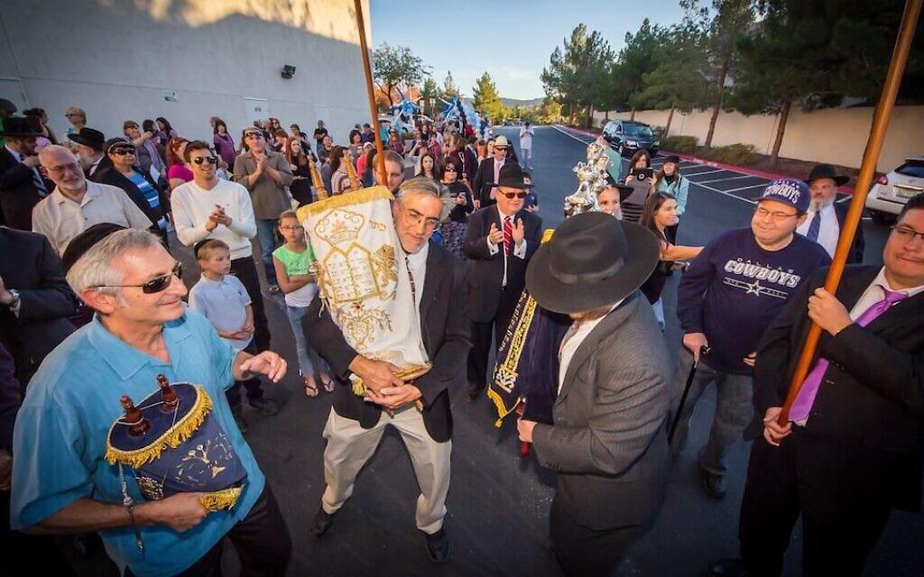 חברי מרכז אהבת תורה בהנדרסון צועדים עם ספר תורה ברחבי העיר (צילום: מרכז אהבת תורה)