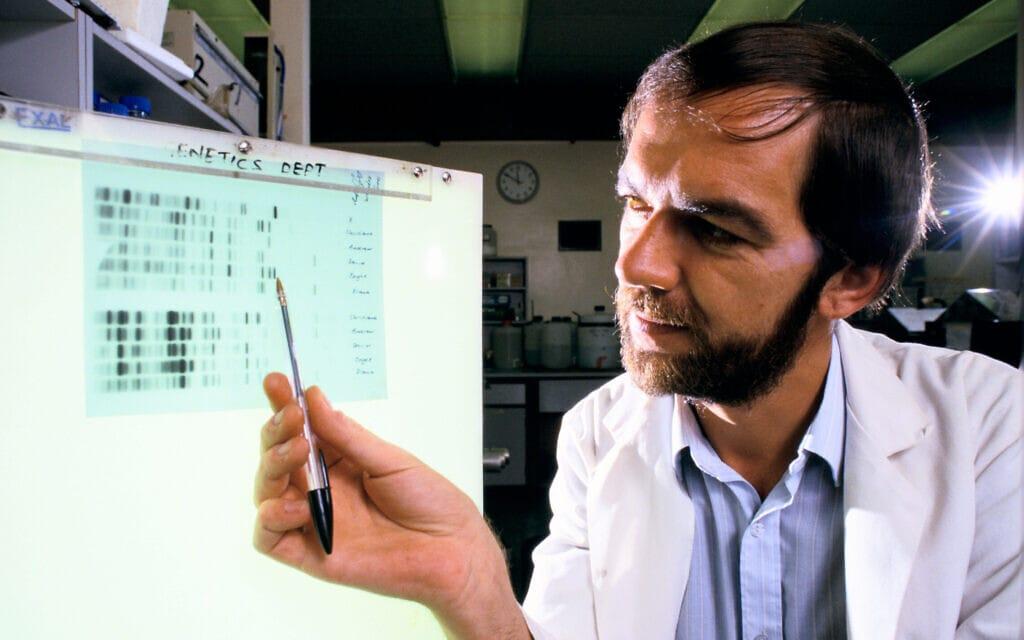 פרופ' אלק ג'פריס, במעבדתו ב-1992, מסביר כיצד פיצח את טכניקת הזיהוי הגנטי באמצעות פרופיל די-אן-איי (צילום: Homer Sykes / Alamy)