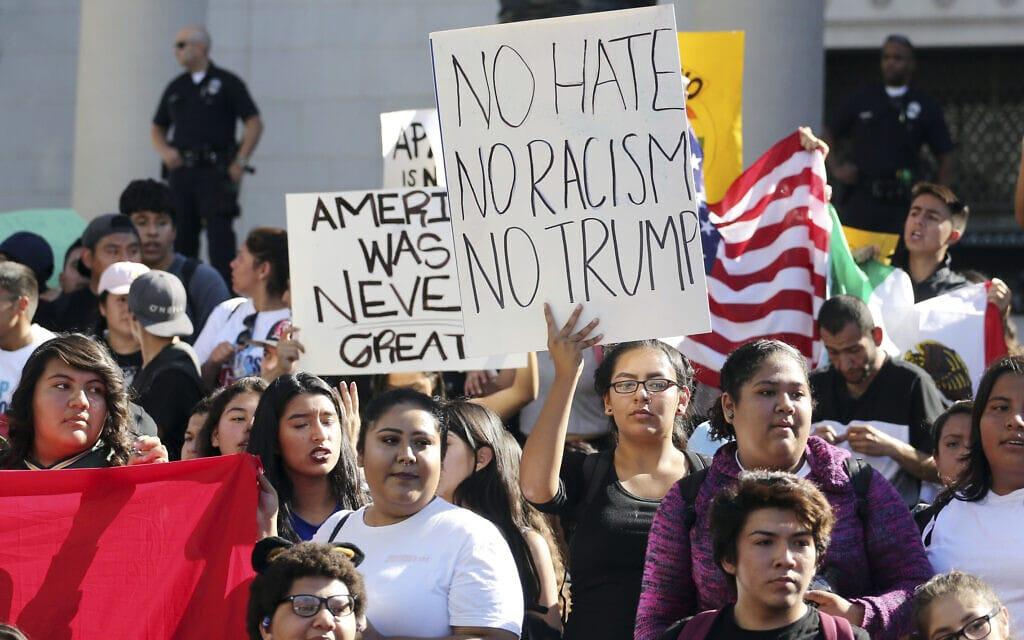 הפגנות נגד דונלד טראמפ והמדיניות האנטי-היספאנית שלו, נובמבר 2016 (צילום: AP Photo/Reed Saxon)