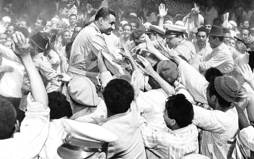 נשיא מצרים גמאל עבד אל נאצר מוקף באהבה בעת ביקור בכפר מצרי, אפריל 1956 (צילום: AP Photo)