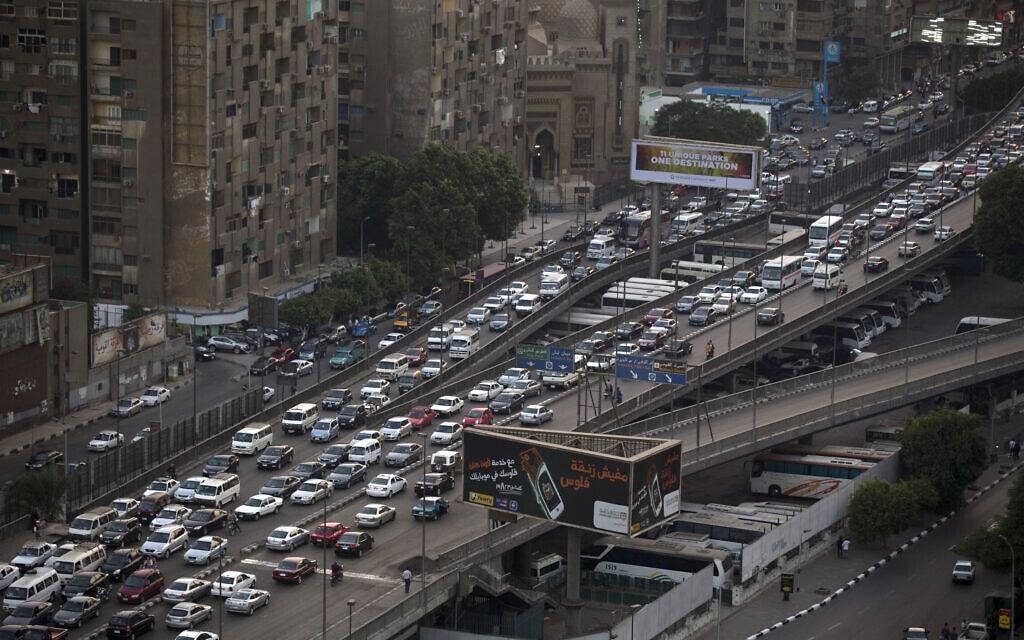 פקקי התנועה בקהיר (צילום: AP Photo/Hassan Ammar)