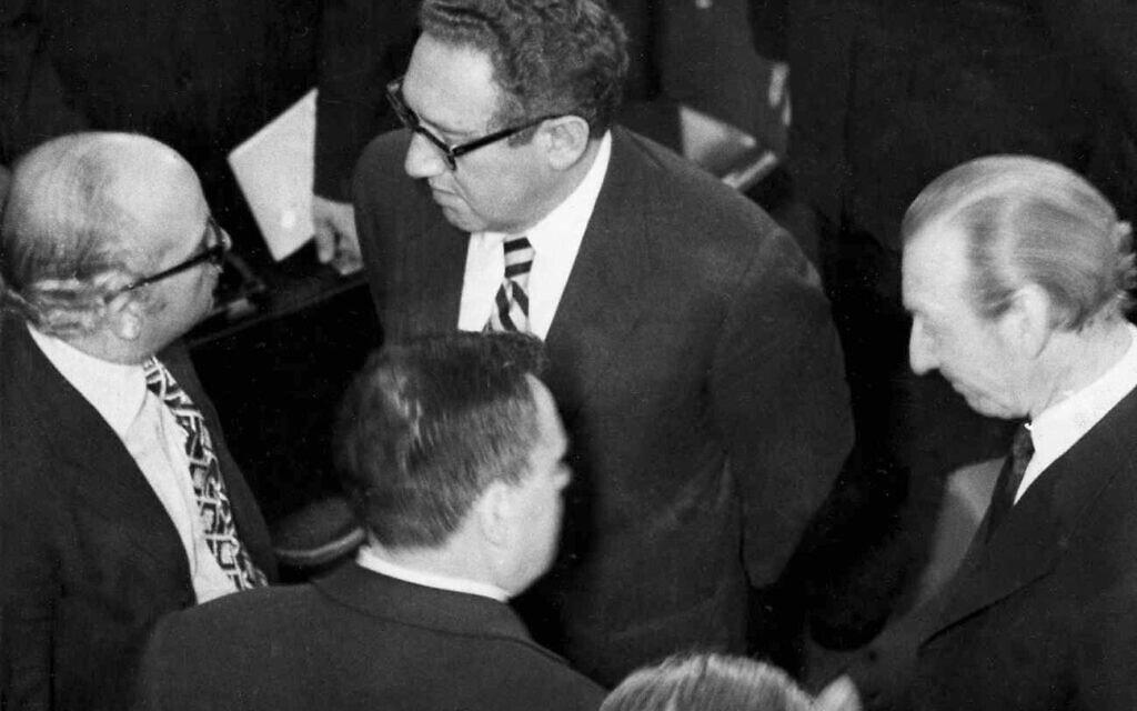 שיחות השלום למזרח התיכון בז'נבה בדצמבר 73' עם הנרי קיסינג'ר, שר החוץ המצרי איסמעיל פהמי, שר החוץ הסובייטי אנדרי גרומיקו, ומזכיר האומות המאוחדות קורט ולדהיים (צילום: AP Photo/Seth Wenig)