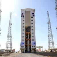 טיל איראני הנושא לוויין מוכן לשיגור במחוז סמנאן, 9 בפברואר 2020 (צילום: Iranian Defense Ministry via AP))