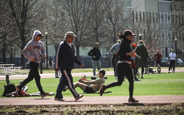 פארק מקארן שבגבול השכונות ויליאמסבורג וגרינפוינט בברוקלין, 18 במרץ 2020 (צילום: Bebeto Matthews, AP)
