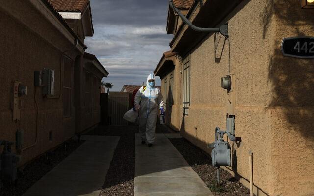 הפרדמדיקית צ'לסי מונג לאחר שערכה ביקור בית אצל מטופל שנחשד כחולה בקורונה בהנדרסון שבנבדה, 10 באפריל 2020 (צילום: John Locher, AP)