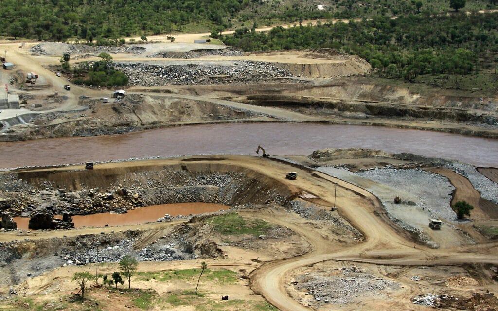 הנילוס זורם ליד אתר ההקמה של סכר התקומה בבנישנגול-גומאז שבאתיופיה, 2013 (צילום: AP Photo/Elias Asmare, File)