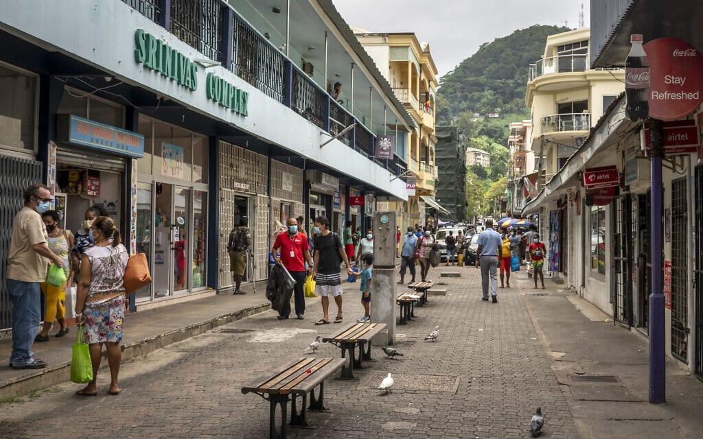 תושבים עוטים מסכות במרכז עיר הבירה ויקטוריה באי מאהה בסיישל, פברואר 2021 (צילום: AP Photo/Salim Ally)