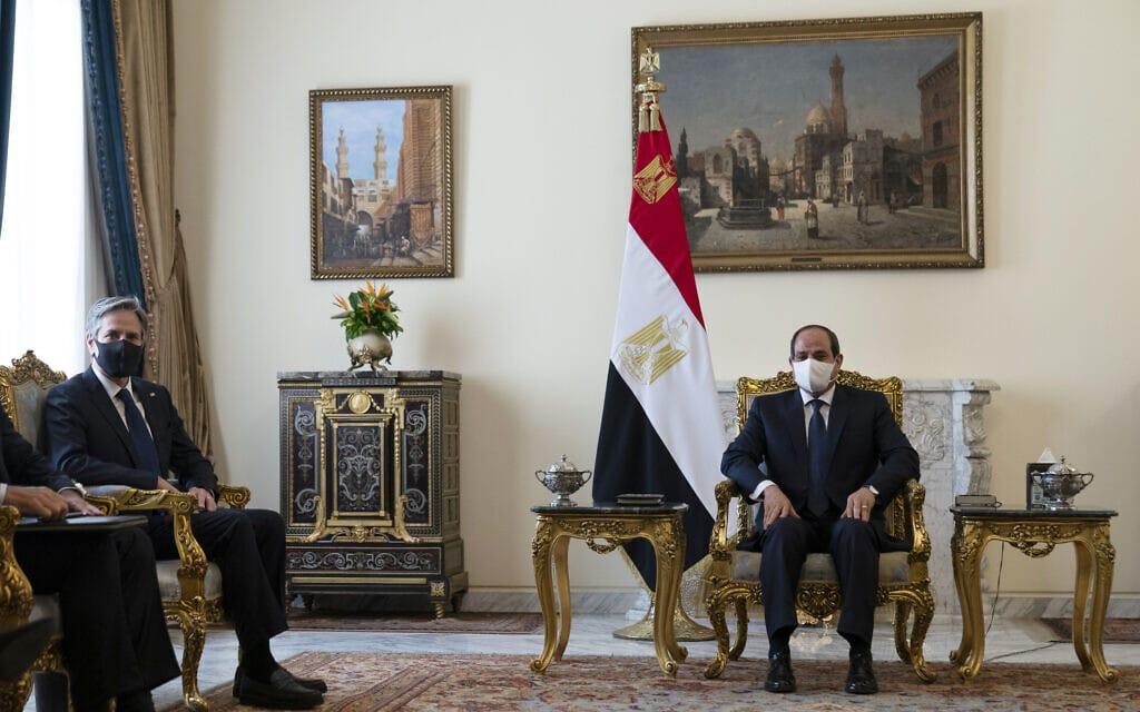 נשיא מצרים עבד אל-פתאח א-סיסי בפגישה עם שר החוץ האמריקאי אנתוני בלינקן בקהיר, 26 במאי 2021 (צילום: AP Photo/Alex Brandon)