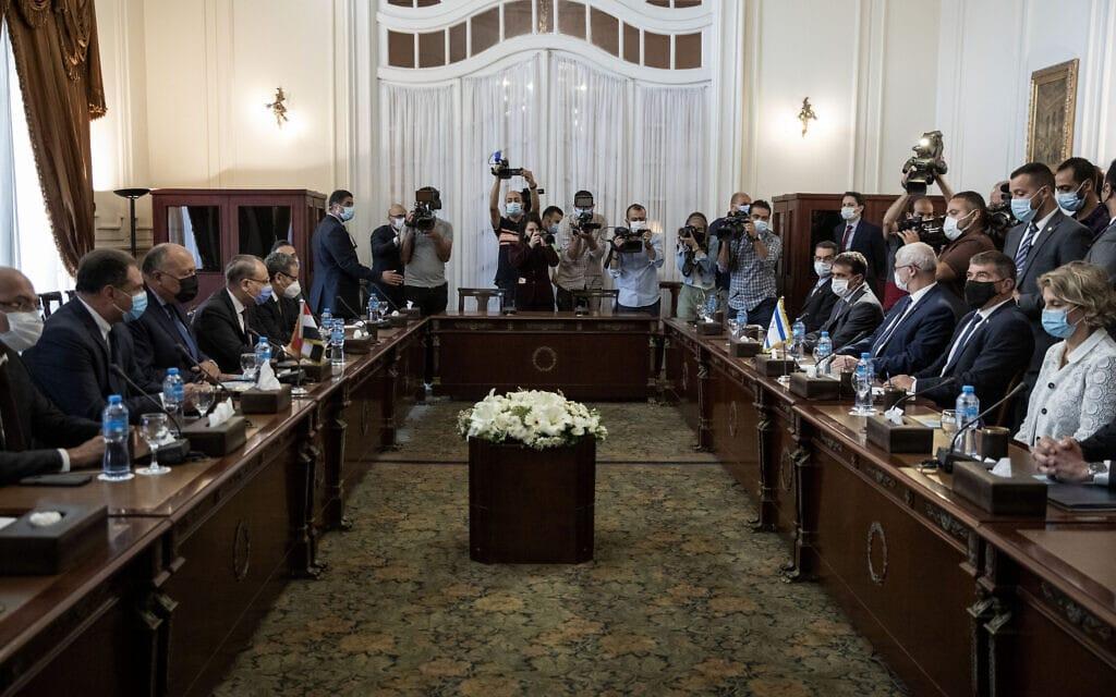גבי אשכנזי, שני מימין, בשיחות שנערכו בארמון תחריר בקהיר על הטיפול בעזה, 30 במאי 2021 (צילום: AP Photo/Nariman El-Mofty)