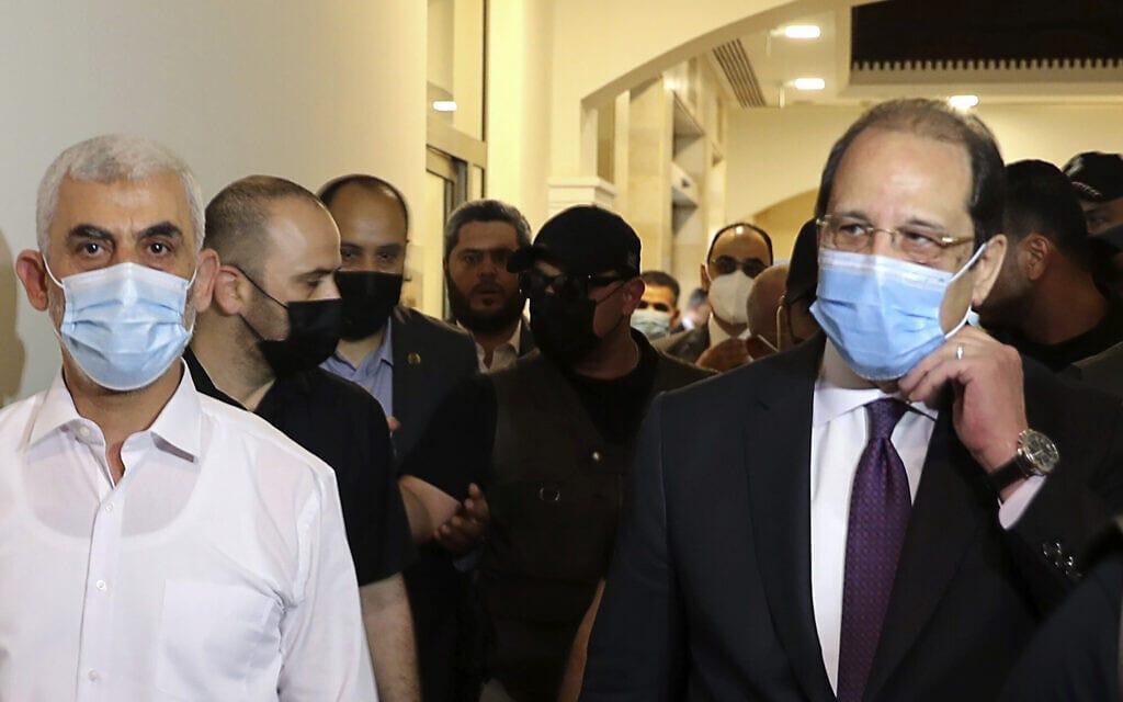שר החוץ המצרי עבאס כאמל נפגש בעזה עם מנהיג חמאס ברצועה יחיא סנוואר, 31 במאי 2021 (צילום: Mohammed Salem/Pool Photo via AP)