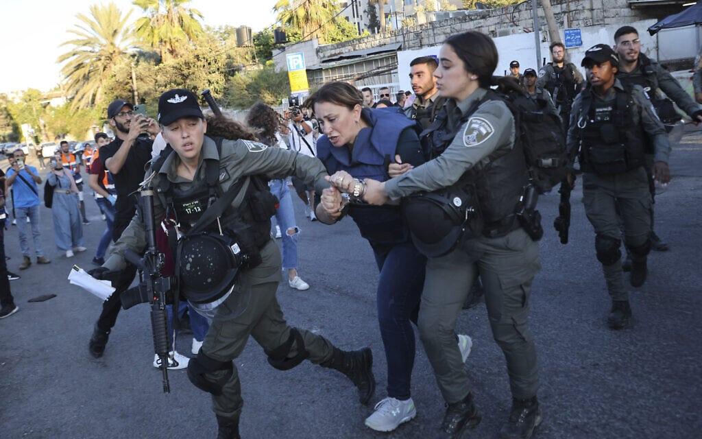 """שוטרי מג""""ב עוצרים את כתבת אל-ג'זירה ג'ווארה אל-בודיירי בשכונת שייח' ג'ראח, 5 ביוני 2021 (צילום: AP Photo/Oren Ziv)"""