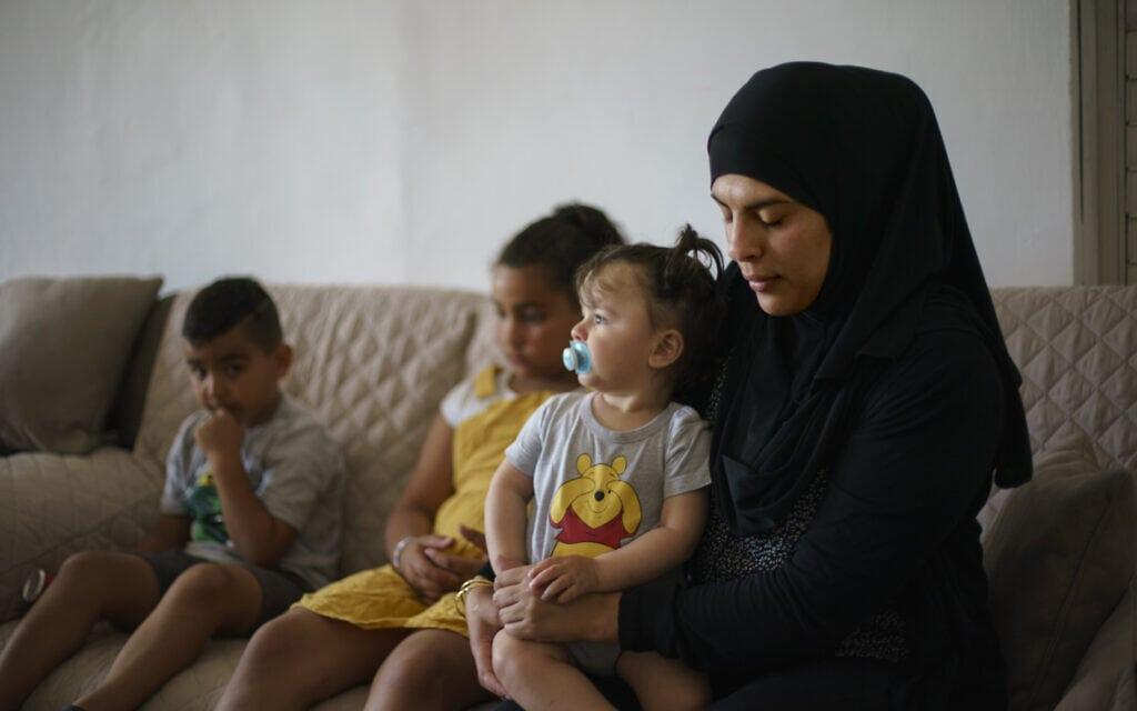 אשתו וילדיו של מוסא חסונה, תושב לוד שנורה למוות על ידי יהודים בליל הפרעות הראשון בלוד, ב-11 במאי 2021 (צילום: AP Photo/David Goldman)