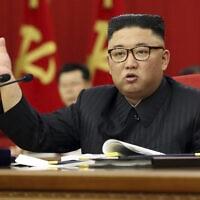 שליט קוריאה הצפונית קים ג׳ונג און בכינוס מפלגתי בפיונגיאנג, 15.6.2021 (צילום: Korean Central News Agency/Korea News Service via AP)