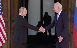 """נשיא ארה""""ב ג'ו ביידן ונשיא רוסיה ולדימיר פוטין, 16 ביוני 2021 (צילום: AP Photo/Patrick Semansky)"""
