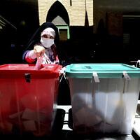 אזרחית מצביעה בטהראן בבחירות לנשיאות איראן, 18 ביוני 2021 (צילום: Ebrahim Noroozi, AP)