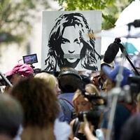 הפגנת תמיכה בבריטני ספירס מחוץ לאולם בית המשפט בלוס אנג'לס, 23 ביוני 2021 (צילום: AP Photo/Chris Pizzello)