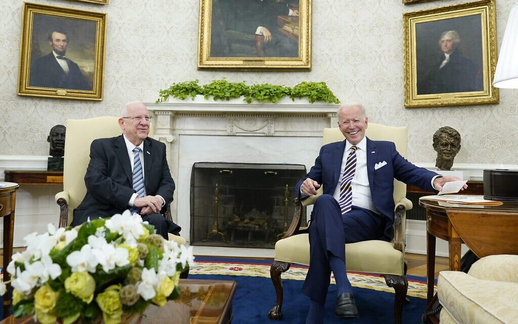 """נשיא ארה""""ב ג'ו ביידן בפגישתו עם הנשיא ראובן ריבלין בבית הלבן, 28 ביוני 2021 (צילום: AP Photo/Susan Walsh)"""