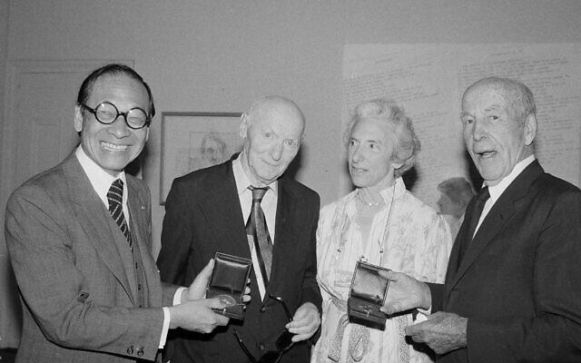 יצחק בשביס זינגר לצד האדריכל איי אם פיי, המשורר ארצ'יבלד מקליש וההיסטוריונית ברברה טוכמן בניו יורק, 23 במאי 1979 (צילום: Marty Lederhandler, AP)