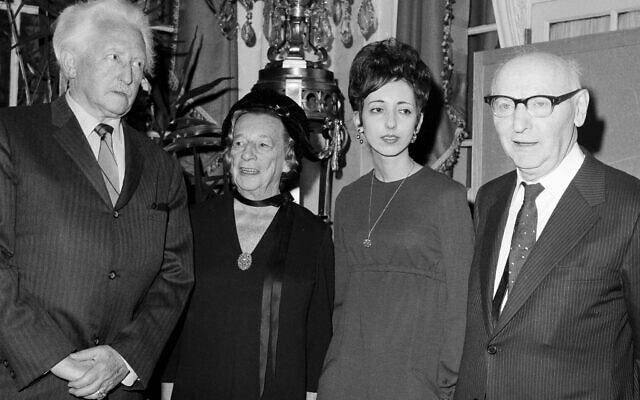 זוכי פרס הספר הלאומי האמריקאי מצטלמים יחד מרכז לינקולן בניו יורק, 4 במרץ 1970. הזוכים והקטגוריות שבהן זכו הם: אריק ה' אריקסון, פילוסופיה ודת; ליליאן הלמן, אמנויות; ג'ויס קרול אוטס, בדיון; יצחק בשביס זינגר, ספרות ילדים (צילום: AP)