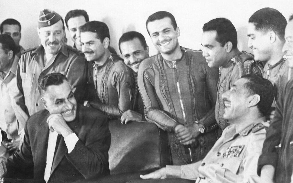 נשיא מצרים גמאל עבד אל נאצר עם טייסים של חיל האוויר המצרי בבסיס בסיני, ב-22 במאי 1967 (צילום: AP Photo)
