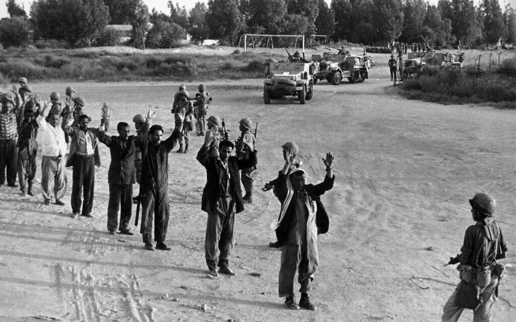 """צה""""ל אוסף שבויי מלחמה ברצועת עזה ביום השני של מלחמת ששת הימים, 6 ביוני 1967 (צילום: AP Photo/Israel Army)"""