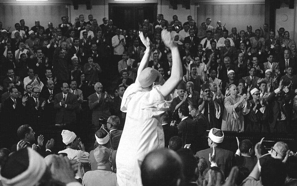 חברי האסיפה הכללית עומדים על רגליהם ומריעים כשגמאל עבד אל נאצר מודיע כי יישאר בתפקידו כנשיא מצרים, 10 ביוני 1967 (צילום: AP Photo)