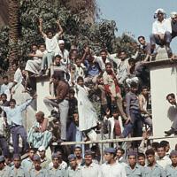 מפגינים מצרים יוצאים לרחובות קהיר במהלך מלחמת ששת הימים,  ב-10 ביוני 1967 (צילום: AP Photo/Brian Calvert)