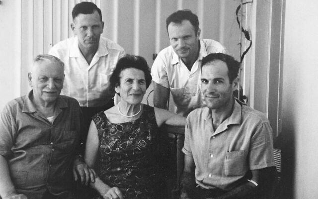 משפחת גנס בישראל אחרי המלחמה, מנפרד בשורה העליונה מימין (צילום: באדיבות USHMM)