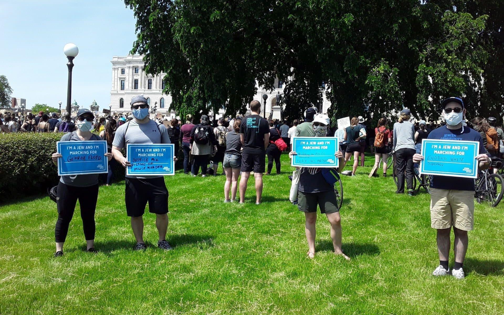 חברי הקהילה היהודית בסיינט פול, מינסוטה, בהפגנת מחאה בעקבות מותו של ג'ורג' פלויד, 31 במאי 2021 (צילום: Courtesy of Carin Mrotz via JTA)