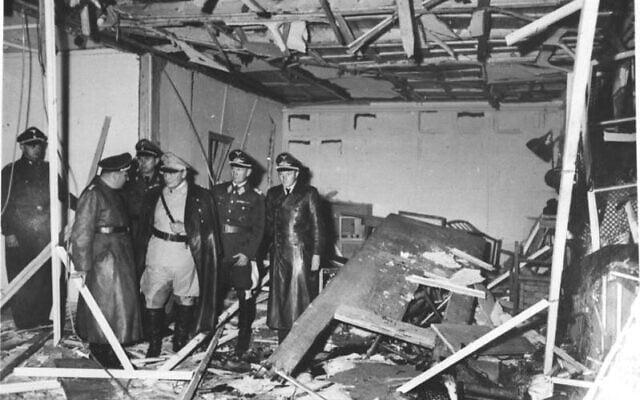 מרטין בורמן, הרמן גרינג וברונו לרצר בחדר הישיבות של היטלר לאחר הפיצוץ שאירע בו, 20 ביולי 1944 (צילום: Bundesarchiv bild)