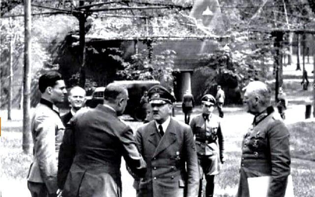 קלאוס שנק פון שטאופנברג (משמאל, מאחור) והיטלר (צילום: Bundesarchiv bild/ via Wikimedia Commons)