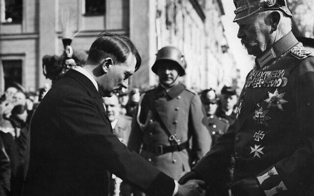 אדולף היטלר והנשיא פאול פון הינדנבורג ביום פוטסדם, מרץ 1933 (צילום: Bundesarchiv bild/ via Wikimedia Commons)
