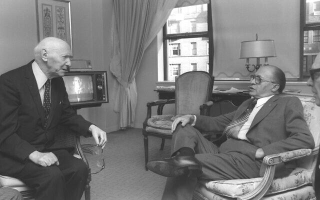 """יצחק בשביס זינגר בפגישתו עם ראש הממשלה מנחם בגין בניו יורק, 2 בנובמבר 1978 (צילום: סער יעקב, לע""""מ)"""