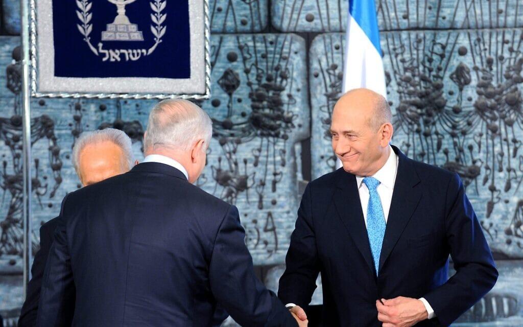 """אהוד אולמרט ובנימין נתניהו עם הנשיא שמעון פרס בטקס חילופי ראש הממשלה, 1 באפריל 2009 (צילום: עמוס בן גרשום/לע""""מ)"""