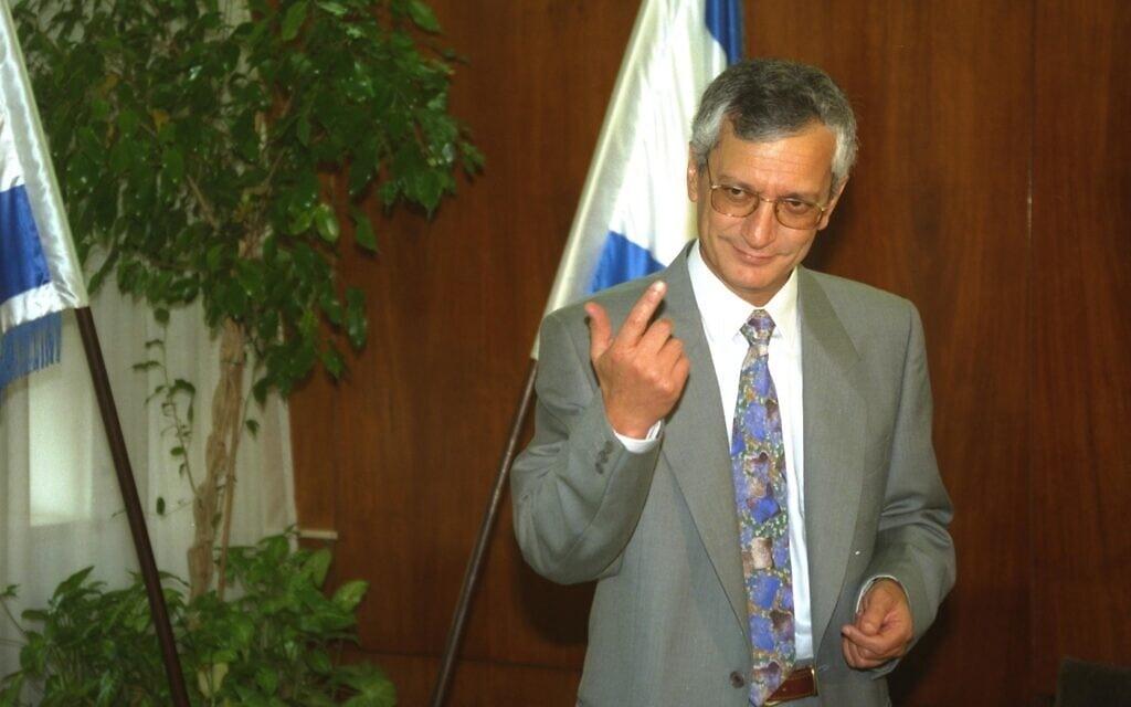 """מיכאל בן יאיר בעת שכיהן כיועץ המשפטי לממשלה, ב-1993 (צילום: צביקה ישראלי/לע""""מ)"""