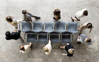 כיסאות מוזיקליים במגזר הציבורי. אילוסטרציה (צילום: Image Source / Alamy)