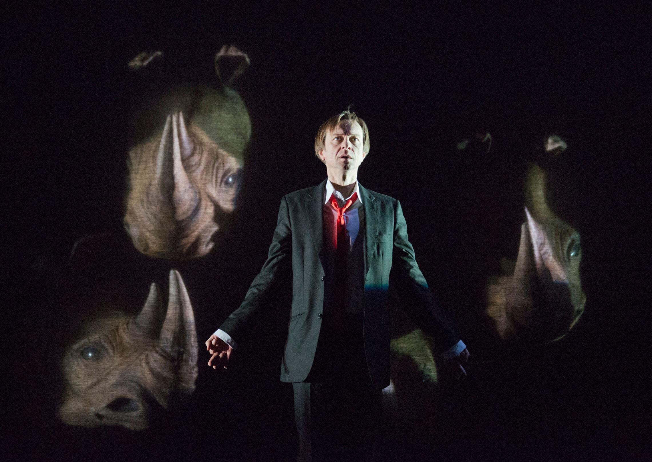 """הפקה של המחזה """"קרנפים"""" בברביקן בלונדון ב-2013 (צילום: theatrepix / Alamy)"""