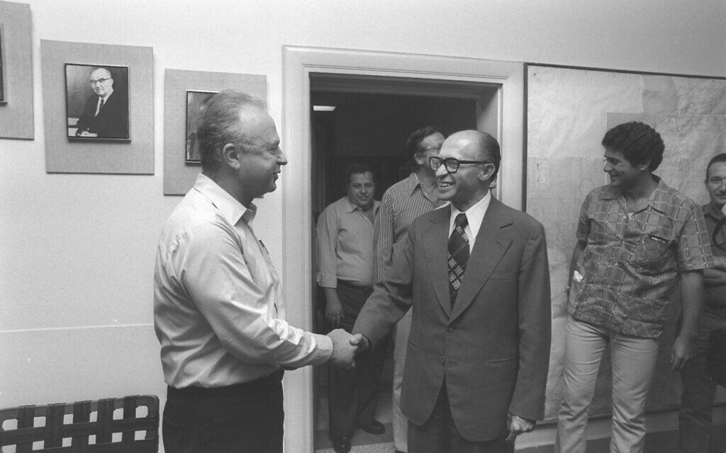 """ראש הממשלה הנכנס מנחם בגין וראש הממשלה היוצא יצחק רבין ב-9 ביוני 1977 (צילום: משה מילנר/לע""""מ)"""