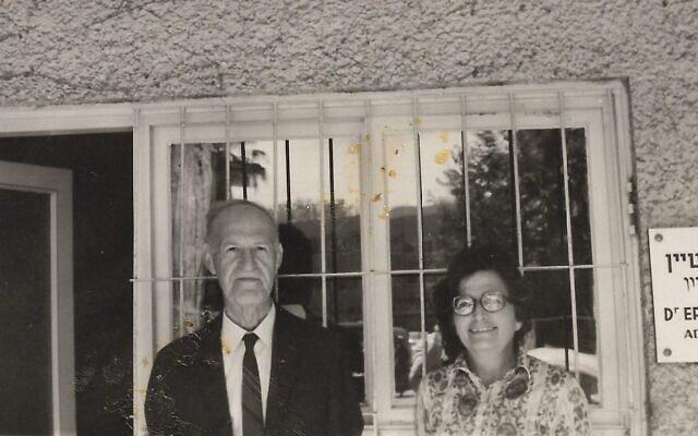 מרים מנדל רוזן בתל אביב עם מעסיקהּ ארווין ליכטנשטיין, שסייע לה בתביעתה נגד גרמניה (צילום: באדיבות עמנואל (מנו) רוזן)