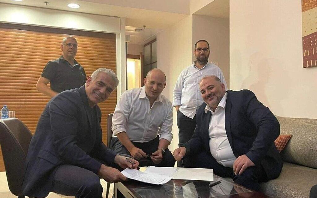 """מנסור עבאס, נפתלי בנט ויאיר לפיד חותמים על הסכם קואליציוני היסטורי ראשון עם מפלגה ערבית, 2 ביוני 2021 (צילום: רע""""ם)"""