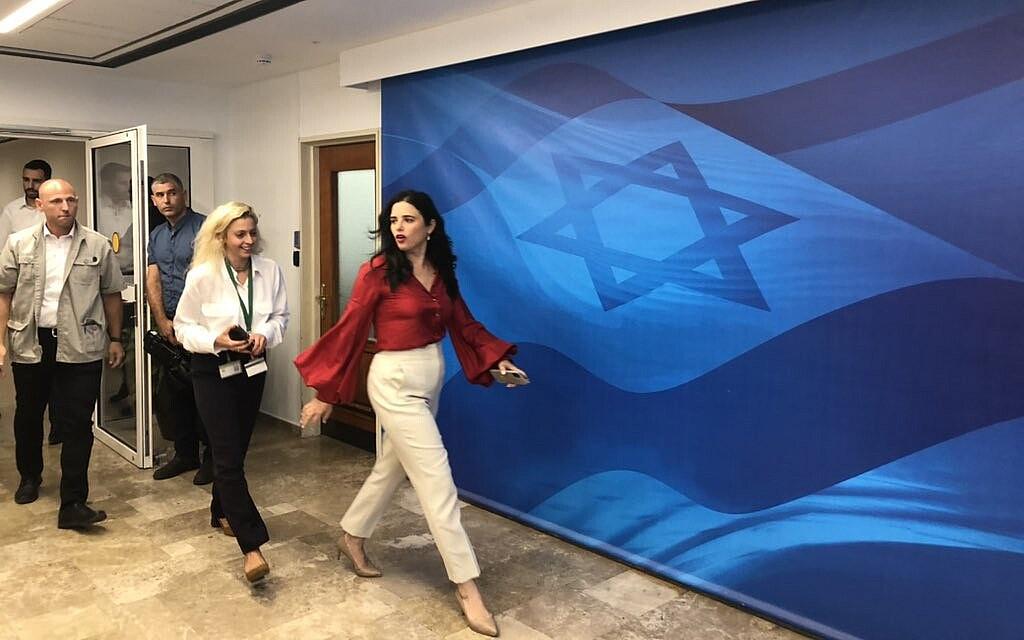 האישה באדום: איילת שקד מגיעה לישיבת הממשלה, 20 ביוני 2021 (צילום: טל שניידר)