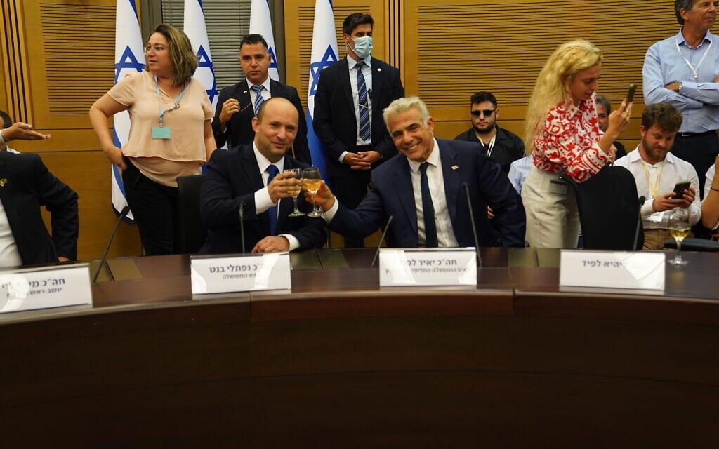 יאיר לפיד ונפתלי בנט בהרמת כוסית אחרי השבעת הממשלה ה-36, 13 ביוני 2021 (צילום: דוברות הכנסת)