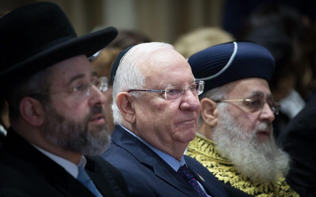 הרבנים הראשיים לישראל הרב דוד לאו והרב יצחק יוסף עם נשיא המדינה היוצא רובי ריבלין (צילום: Yonatan Sindel/Flash90)