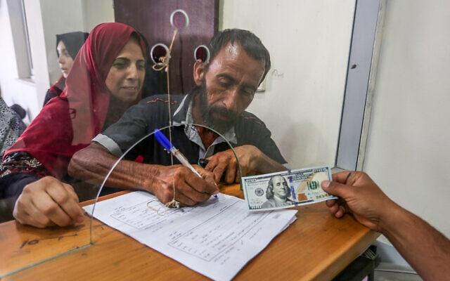 פלסטינים בעזה מקבלים תמיכה כספית מקטאר, יוני 2019 (צילום: Abed Rahim Khatib/Flash90)
