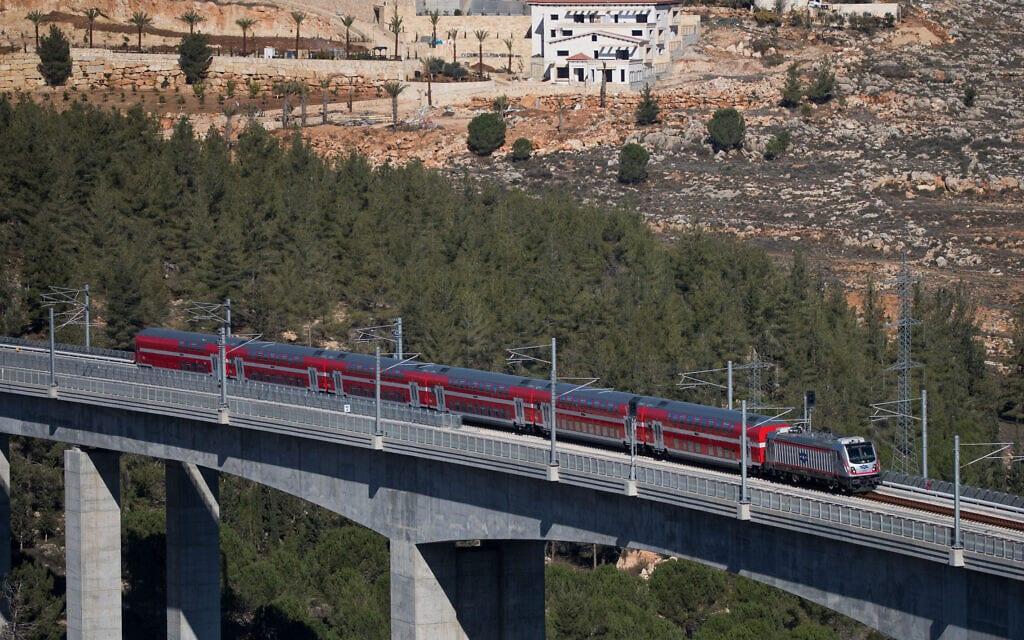הרכבת מתל אביב לירושלים, מעל עמק הארזים (צילום: יונתן זינדל/פלאש90)