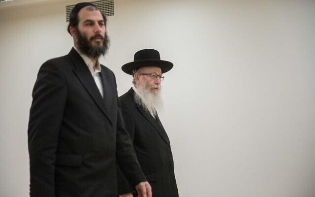 השר יעקב ליצמן ועוזרו מוטי בבצ'יק בכנסת, 4 במרץ 2020 (צילום: יונתן זינדל, פלאש 90)