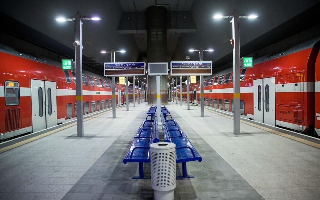 תחנת הרכבת יצחק נבון בירושלים עומדת שוממת במהלך הסגר הראשון, אפריל 2020 (צילום: יונתן זינדל/פלאש90)