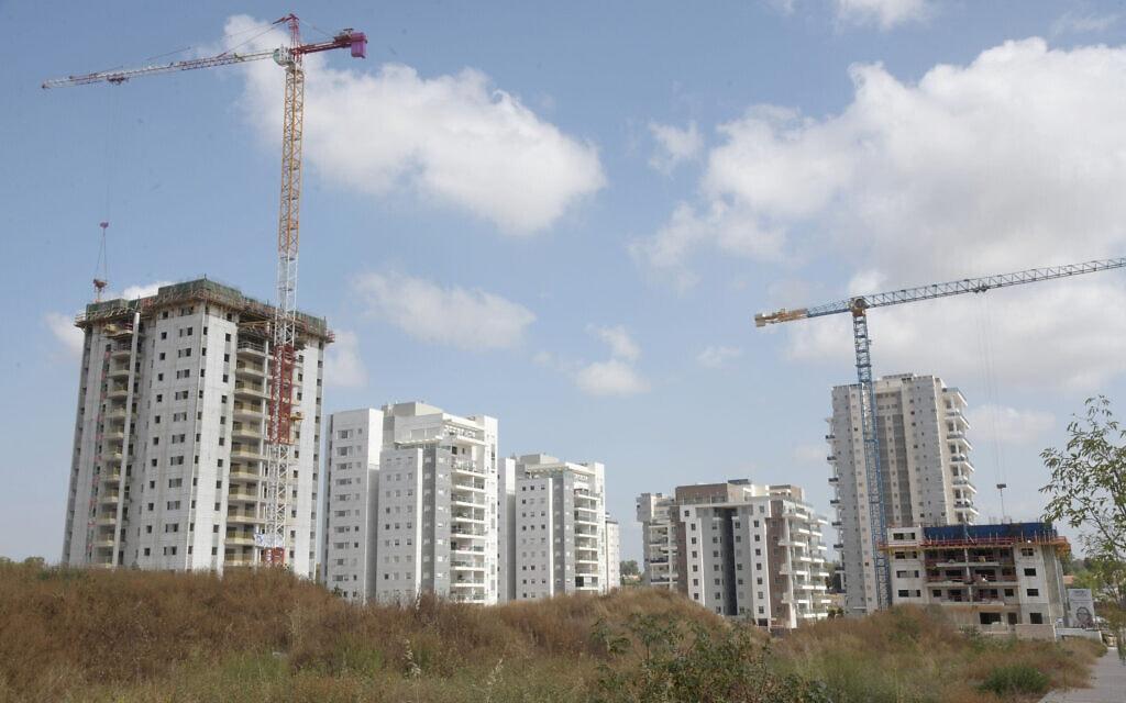 שכונת מגורים חדשה בבנייה ליד באר יעקב, מרץ 2020 (צילום: פלאש90)